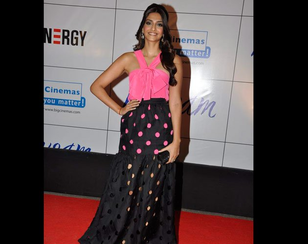 http://www.fashionmate.in/wp-content/uploads/2011/09/Sonam-pink-black-fashion-gown-Mausam-2011.jpg