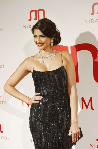 Sonam-kapoor-latest-fashion-trends-sequin-dress