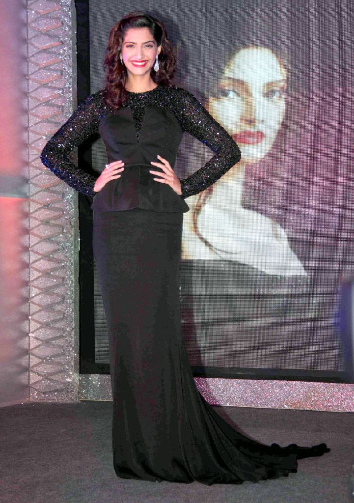 black-gown-latest-fashion-trends-2011-sonam-kapoor