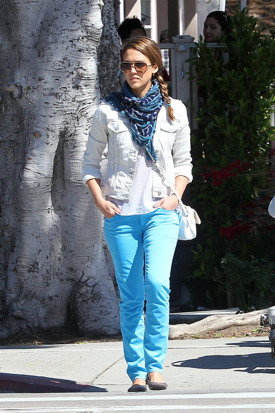 jessica-alba-neon-blue-jeans-fashion-trends-2012.jpg