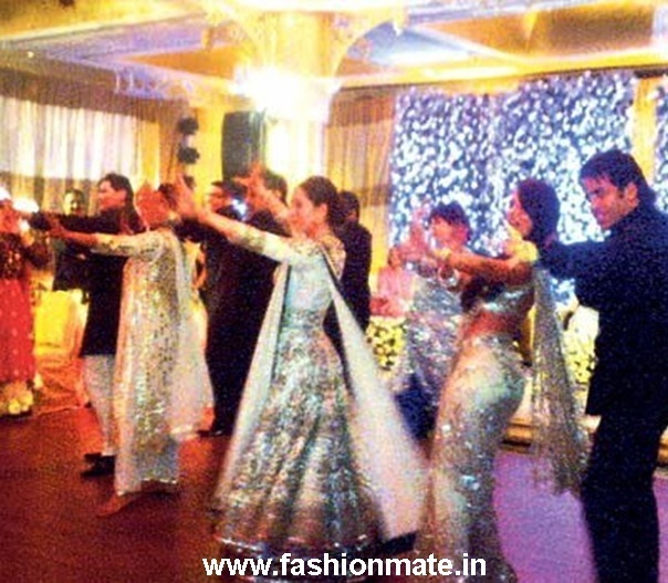 Karishma Kapoor dances at Sister Kareena's Wedding Reception