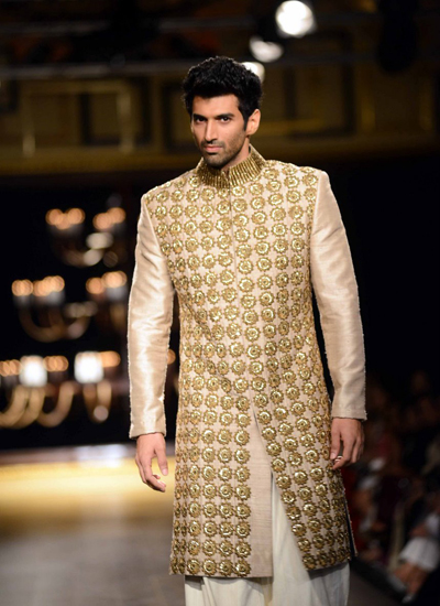 Aditya-Roy-Kapur-walks-for-Manish-Malhotra-at-ICW-2