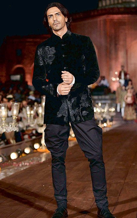 Arjun rampal as the show stopper for Rohit Bal collection WIFW 2014