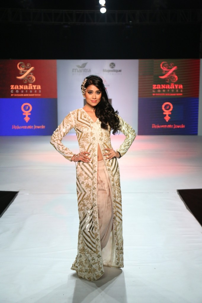 Actress Shriya Saran was the showstopper for Shouger Merchant at Pune Fashion Week 2014-day  2