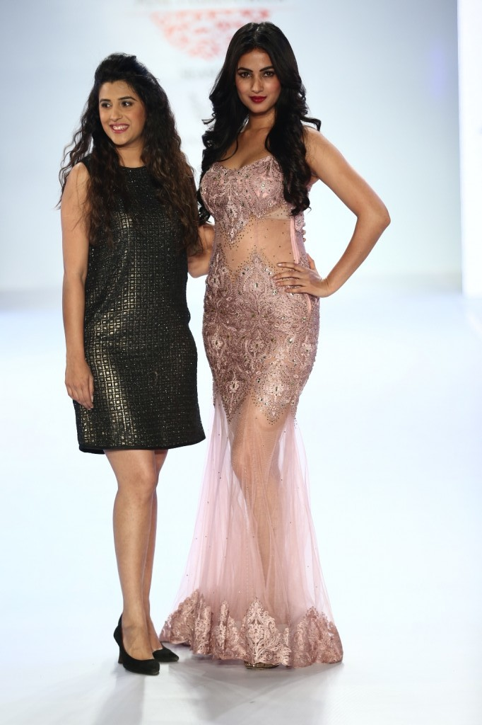 Sonal Chauhan showstopper for Designer Anjali Khushlani at Pune fashion week 2014