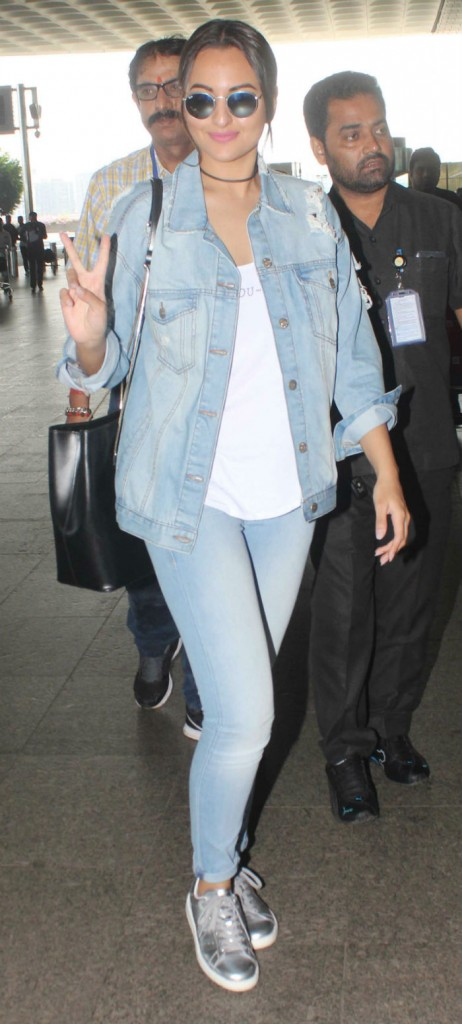 Sonakshi-Sinha-does-the-denim-on-denim-style bollywood fashion 2017